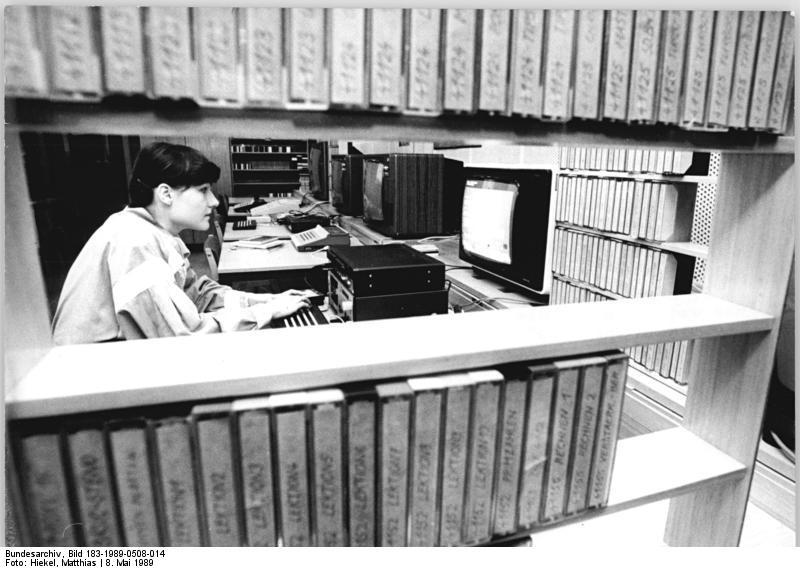 """ADN-ZB Hiekel 8.5.89 Dresden: Erste Softwarebibliothek- An der Stadt- und Bezirksbibliothek Dresden wurde eine Softwarebibliothek eingerichtet, die in ihrer Art bisher einmalig in der DDR ist. Sie stellt zur öffentlichen Nutzung Software für Klein- und Heimcomputer bereit. Man kann sich dort mit der Computertechnik vertraut machen. Die Bibliothekarin Daniela Sitte-Zöllner erarbeitet hier ein Informationsprogramm für Nutzer der Bibliothek. Ab 6.Mai stehen auf Kassette gespeicherte Programme, Informationen und Daten für die präsente Ausleihe und ab Oktober für die Vergabe """"außer Haus"""" zur Verfügung. Bisher umfaßt die Bibliothek 850 Programme, darunter Text- und Datenverarbeitung, Grafiklehr-, Dienst- und Hilfsprogramme und eine Vielzahl von Spielen."""